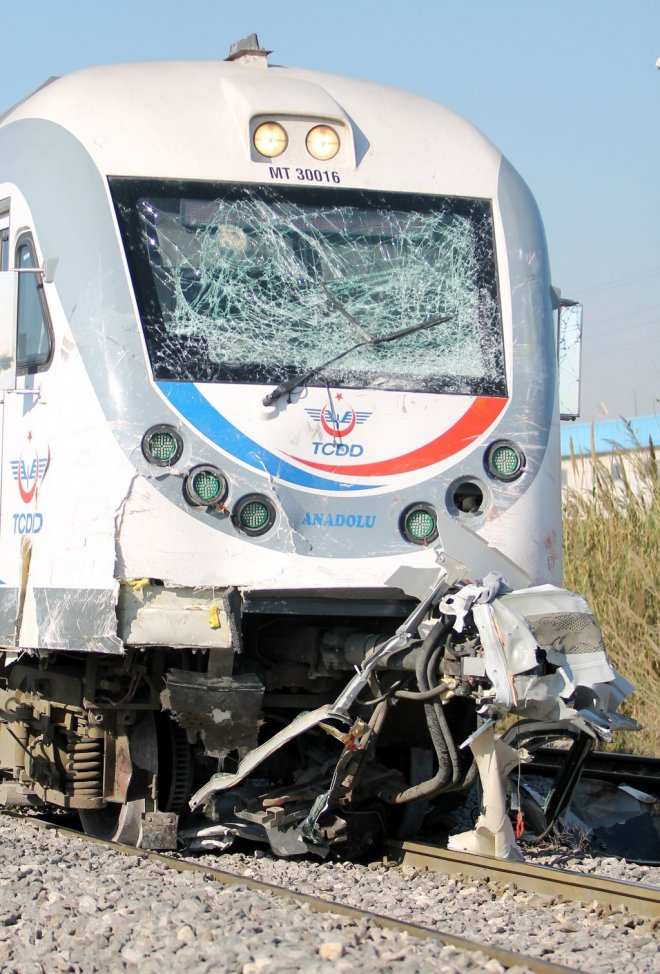 Resim 5: 20.03.2014 tarihinde Mersin yakınlarında işçi servisine çarpan yolcu treni (2,3) .